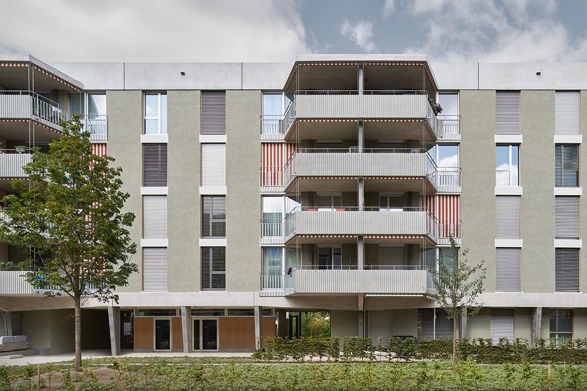Fassadenansicht mit Sockelgeschoss und Balkonen