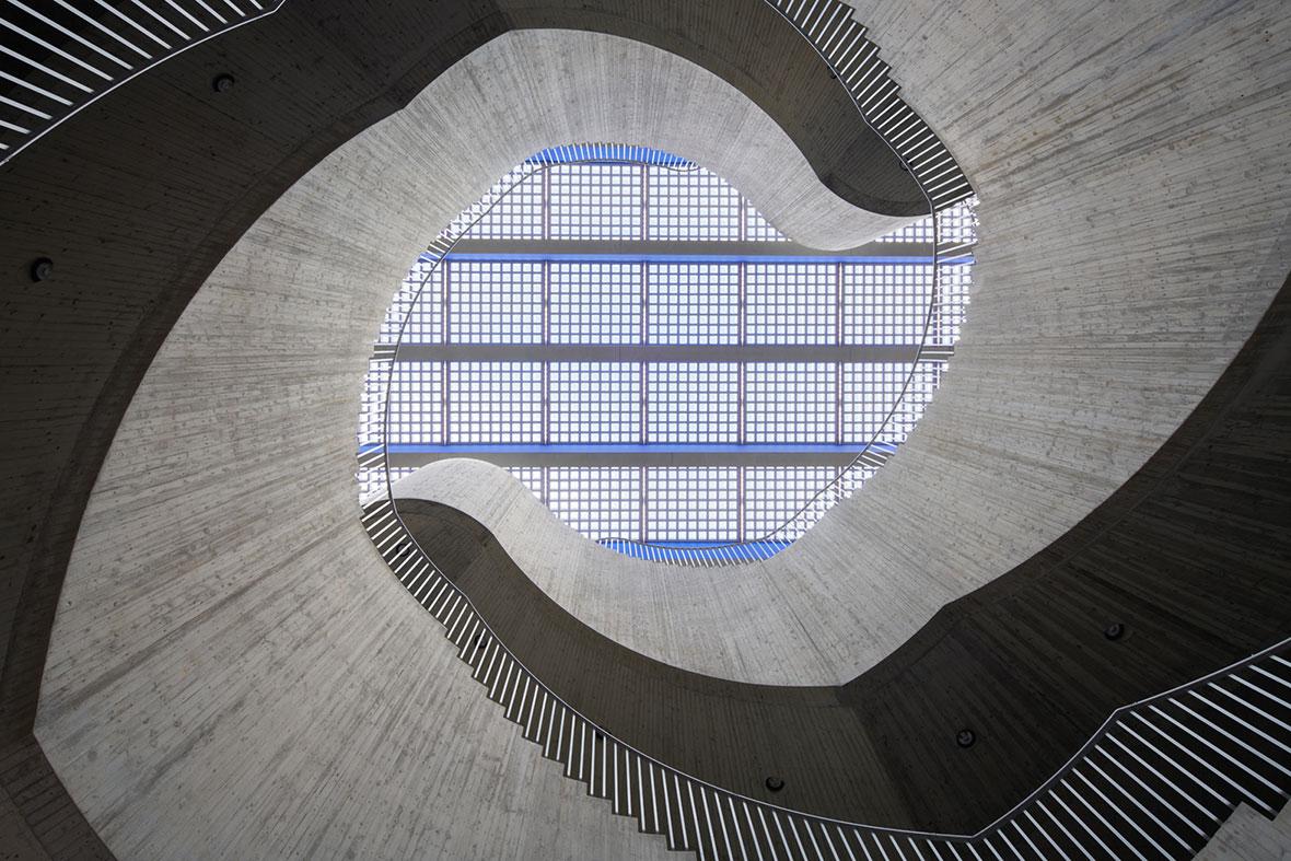 Treppenskulptur mit Glasbausteindach